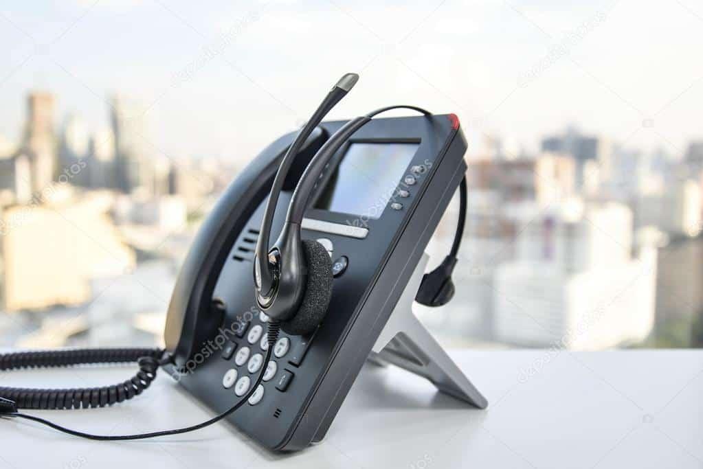 depositphotos_90735038-stock-photo-headset-and-the-ip-phone